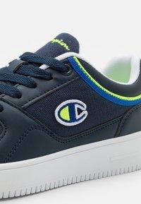 Champion - LOW CUT SHOE NEW REBOUND UNISEX - Scarpe da basket - navy/blue - 5