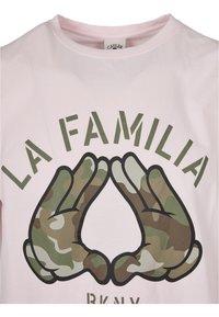 Cayler & Sons - Print T-shirt - pale pink/camo - 4