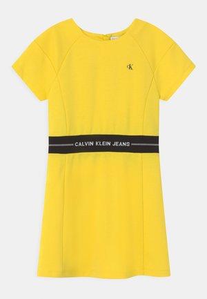 INTARSIA LOGO WAIST DRESS - Vestito di maglina - bright sunshine