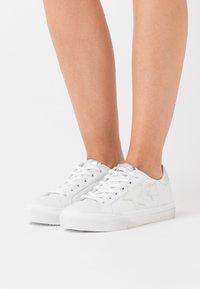 Les Tropéziennes par M Belarbi - WINY - Sneakersy niskie - blanc/argent - 0