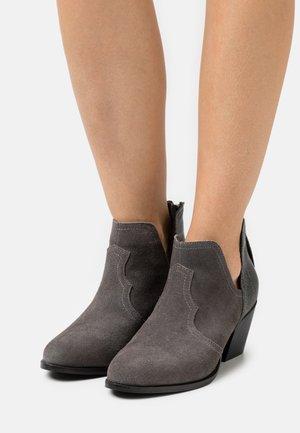 WIDE FIT CLOUDY - Korte laarzen - grey