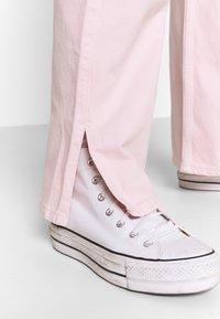 Weekday - ROWE SPLIT - Jeans straight leg - light pink - 4
