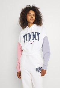 Tommy Jeans - COLOR BLOCK HOODIE - Sweatshirt - ivory - 0