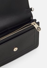 Tommy Hilfiger - HONEY CHAIN CROSSOVER - Borsa a tracolla - black - 2