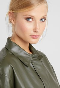 CLOSED - SHILOH - Blousejurk - shadow green - 3