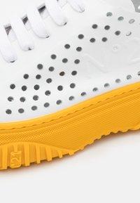N°21 - GYMNIC BONNIE - Sneakersy niskie - white/yellow - 6