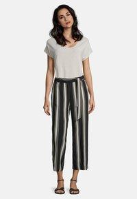 Betty & Co - MIT STREIFEN - Trousers - khaki/schwarz - 1