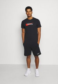 Nike Performance - TEE ATHLETE - T-shirt med print - black/team orange - 1