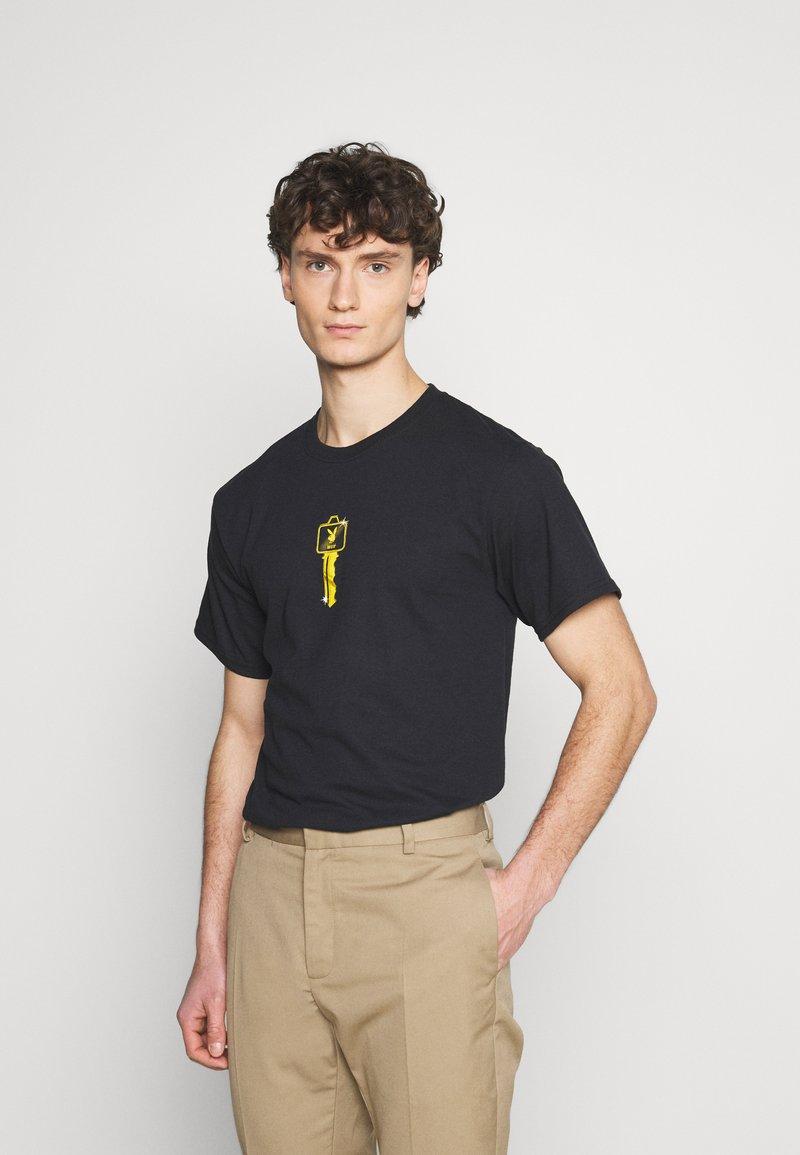HUF - PLAYBOY CLUB KEY TEE - Print T-shirt - black