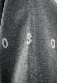PLUSVIERNEUN - BERLIN - Hoodie - grey - 6