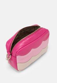 Red V - SCALLOP BLOCK CAMERA - Taška spříčným popruhem - glossy pink/peach/blossom nude - 2