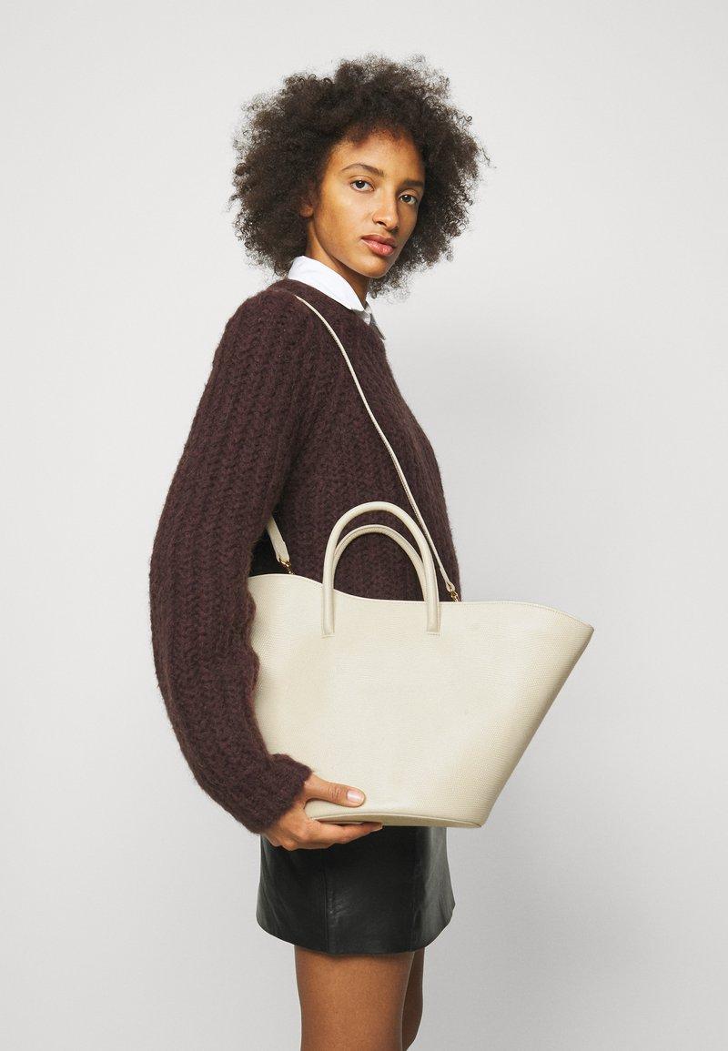 Little Liffner - OPEN TULIP MEDIUM - Handbag - light beige