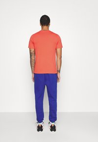 Jordan - STENCIL CREW - T-shirt med print - track red/infrared/oatmeal - 2