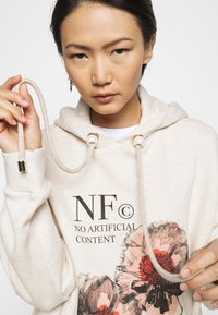 Mother of Pearl - PRINTED HOODIE WITH THICK - Mikina skapucí - oatmeal - 3