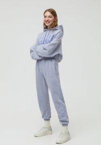 PULL&BEAR - Teplákové kalhoty - grey - 1