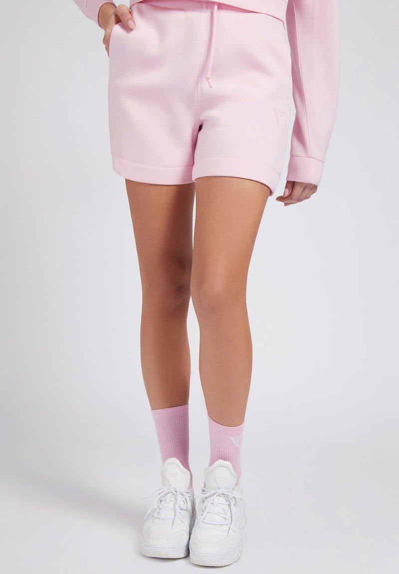 Guess - LOGODREIECK - Shorts - rose