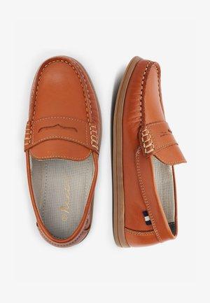 TAN LEATHER PENNY LOAFERS (OLDER) - Nazouvací boty - brown