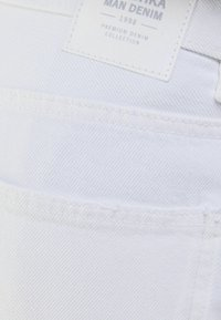 Bershka - MIT VINTAGE WASCHUNG  - Jeans a sigaretta - white - 5