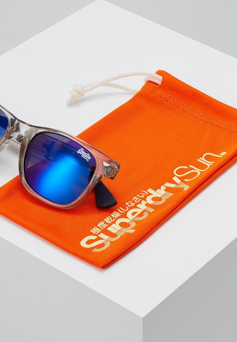 Superdry SUPERFARER - Sonnenbrille - gloss grey crystal/blue revo/grau - Herrenaccessoires fL656