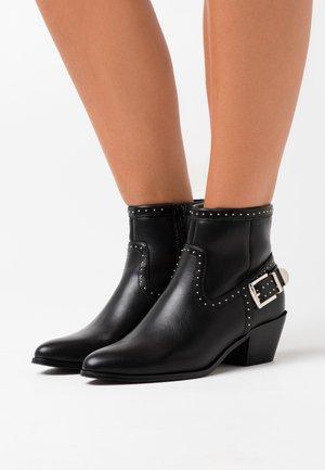 ONLTOBIO STUD - Boots à talons - black