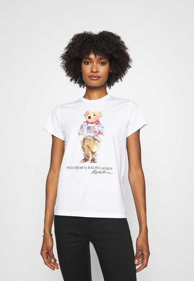 BEAR SHORT SLEEVE - T-shirt z nadrukiem - white