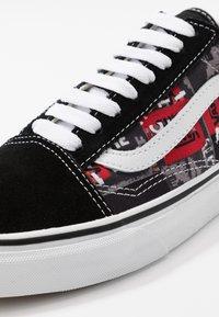 Vans - OLD SKOOL UNISEX - Trainers - black/red/true white - 6