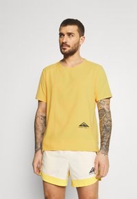 Nike Performance - TRAIL RISE - Print T-shirt - solar flare/silver - 0