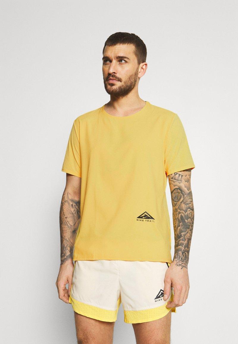 Nike Performance - TRAIL RISE - Print T-shirt - solar flare/silver