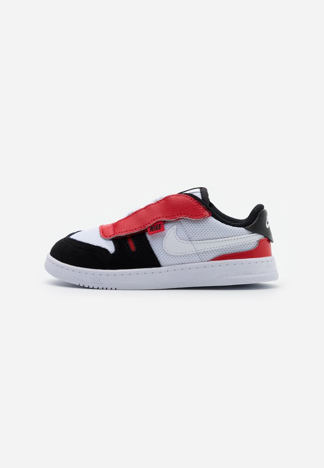 SQUASH TYPE - Trainers - white/black/university red
