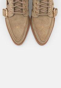 Coach - BOOTIE - Šněrovací kotníkové boty - oat - 6
