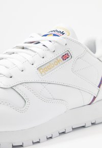 Reebok Classic - Sneakersy niskie - white/radiant red/blast blue - 2