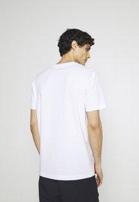 Selected Homme - SLHENZO POCKET O NECK TEE - Basic T-shirt - bright white - 2