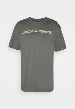 JORTROPIEASY  - Print T-shirt - sedona sage