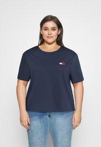 Tommy Jeans Curve - BADGE TEE - T-shirt imprimé - twilight navy - 0