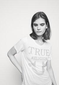 True Religion - CREW NECK - Triko spotiskem - white - 3