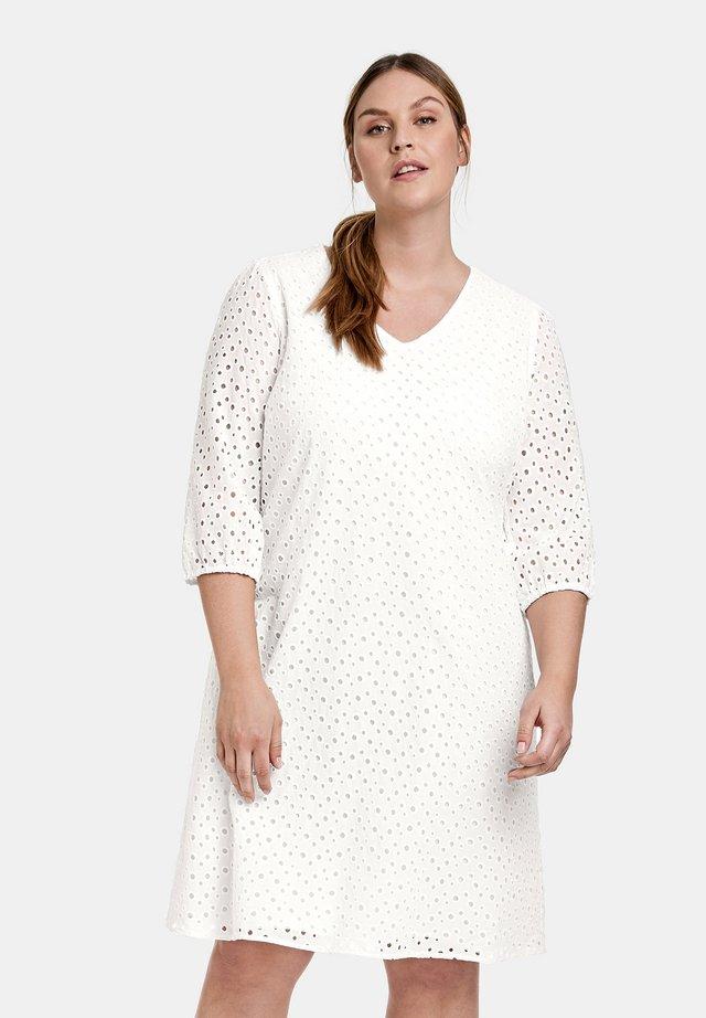 MIT LOCHSTICKEREI - Korte jurk - offwhite