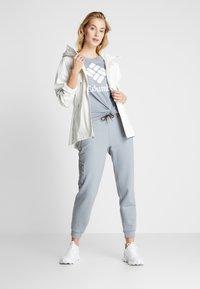 Columbia - PARK™ RELAXED TEE - Print T-shirt - treadwinds grey heather - 1