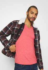 Tommy Jeans - SLIM JASPE V NECK - Basic T-shirt - deep crimson - 3