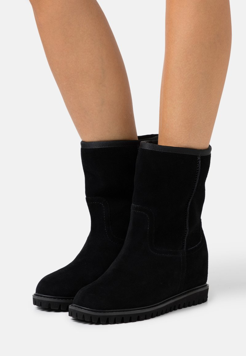 Shoe The Bear - FARA LOW - Wedge Ankle Boots - black