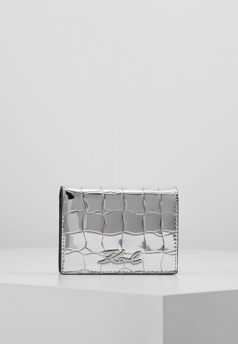 KARL LAGERFELD - SIGNATURE CROCO MINI WALLET - Peněženka - silver