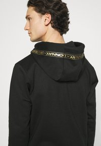 Carlo Colucci - DONNAY X CARLO COLUCCI - Zip-up hoodie - black/gold - 5