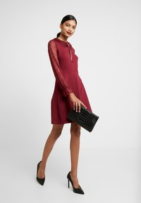 Dorothy Perkins - COLLAR DRESS - Žerzejové šaty - red