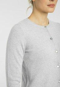 cashmere stories - RUNDHALS - Cardigan - silber melange - 3