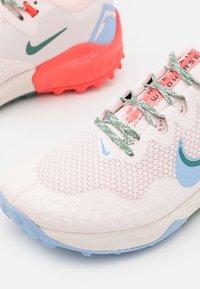 Nike Performance - WILDHORSE 7 - Løpesko for mark - light soft pink/aluminum/magic ember/bicoastal/oil green/phantom - 5