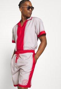 Mennace - SHELL PRINT PULL ON - Shorts - red - 3