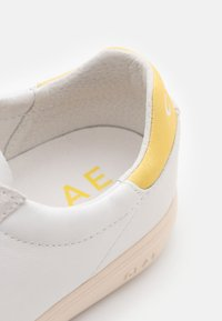Clae - BRADLEY - Sneakers - white/pale banana - 5