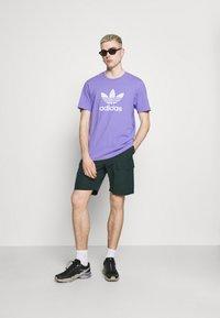 adidas Originals - TREFOIL UNISEX - Camiseta estampada - light purple/white - 1