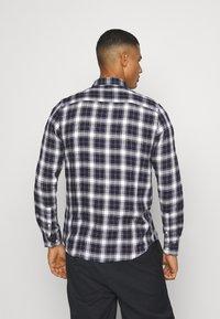 Burton Menswear London - LONG SLEEVE CHECK - Skjorta - navy - 0