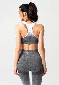 carpatree - PHASE SEAMLESS - Sports bra - grey & white ombre - 2