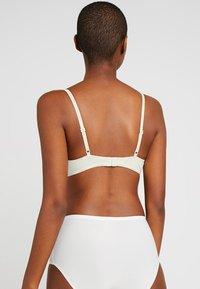 Calvin Klein Underwear - FLIRTY PLUNGE - Push-up bra - ivory - 2
